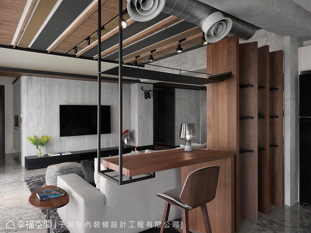 設計師古振宏以胡桃木與鐵件打造吊櫃與展示空間,為客廳與餐廚場域間接訂定使用範疇。