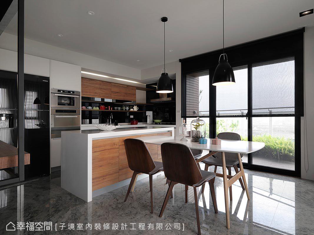 廚房選以純白系統櫃與胡桃木板材搭襯設計,圍塑俐落整潔的烹飪空間。
