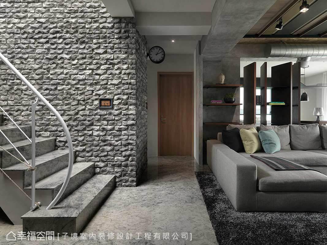 樓梯壁面砌以灰色火頭磚,與圓滑視感的石材地坪形成極度對比。