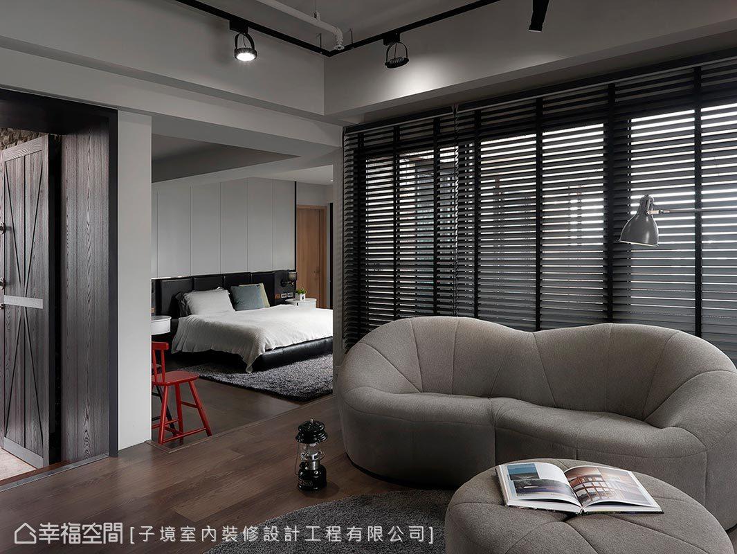 起居室與主臥房以地坪高低差作場域區隔,開放格局使空間更加寬敞。