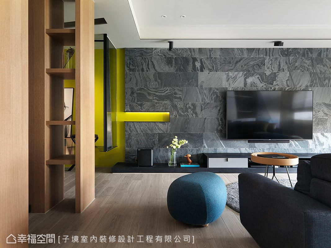 利用潑墨山水紋理石材鋪敘電視牆,以長條切割拼花手法創造藝術氣息,並騰出部分空間延續玄關的青綠色彩,自然生動。