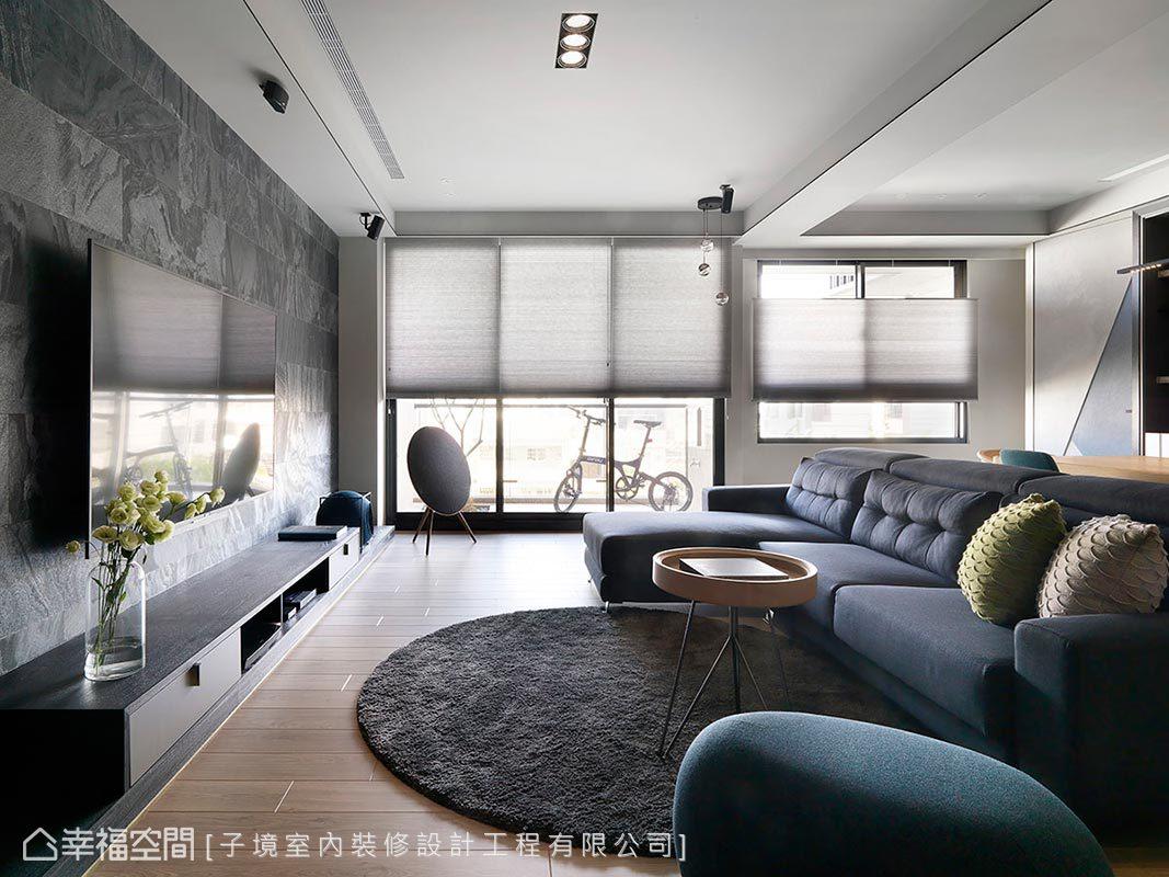 開放設計賦予公領域絕佳的採光條件,設計師古振宏特意選用風琴簾,方便屋主調節日光與室內溫度。