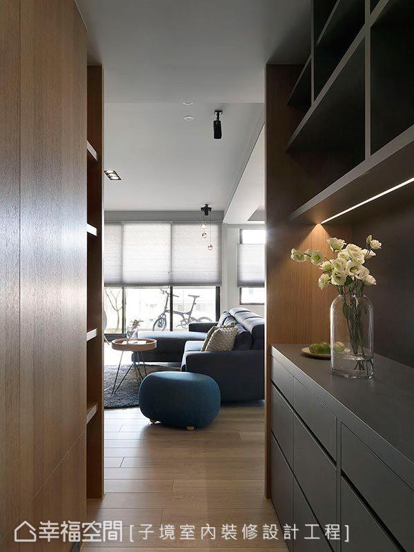 於廚房入口處設計雙面櫃體,兩側皆有豐富多元的收納機能,左側櫃體更巧妙阻擋了入門直視客廳的視線,一舉數得。