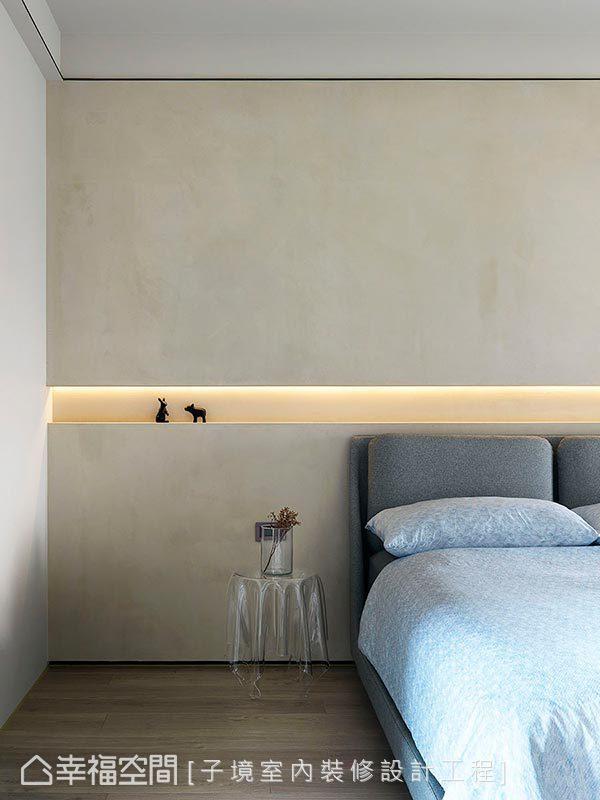 以特殊塗料表現清水模質感,中段採鏤空設計結合間接光投射,順勢延伸展示平台,期望於簡約陳設中找回生活的初心。