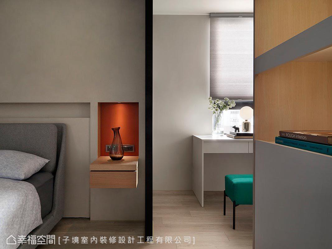 內嵌式床邊櫃選以亮橘色皮革為基底,搭佐聚光燈照映焦點,烘托藝品精緻質感。