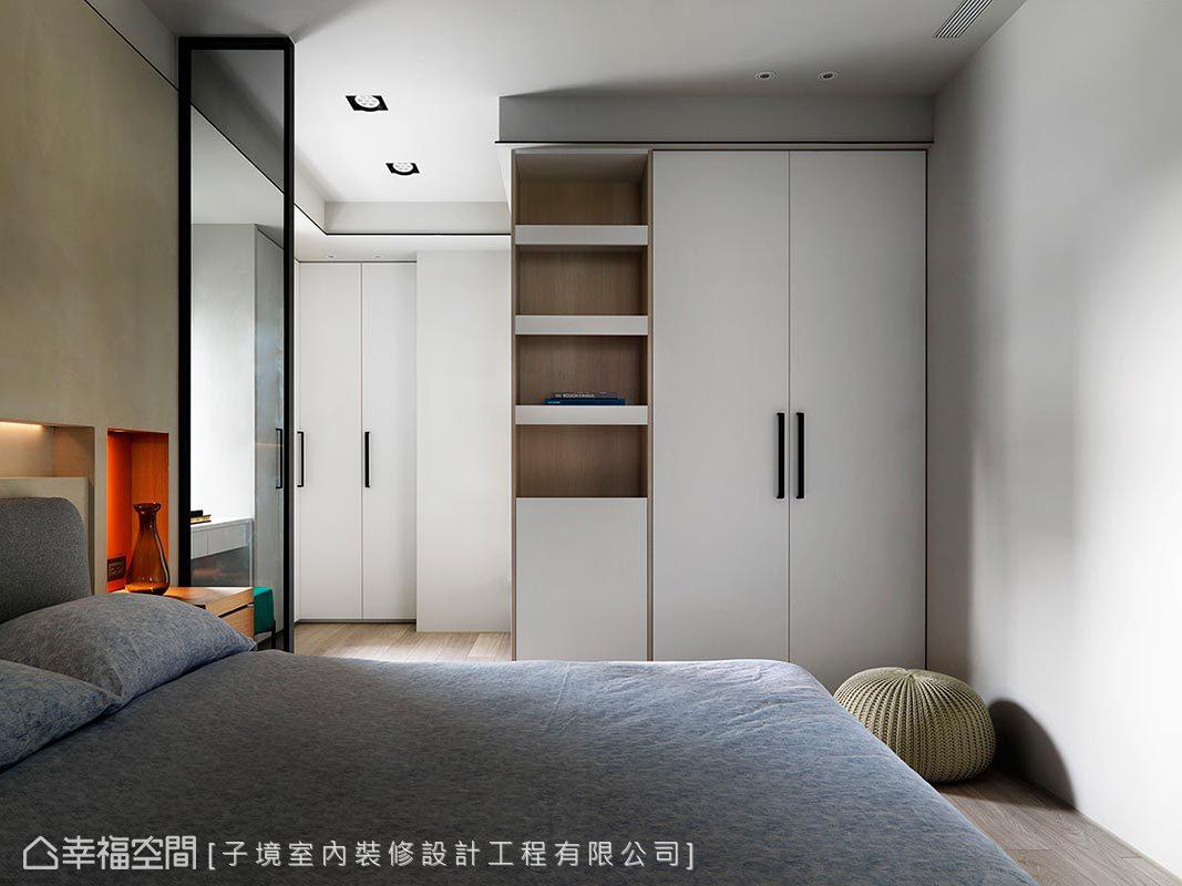 採系統櫃安排主臥的儲物空間,櫃體採挑高至頂設計,滿足男女主人的衣物收納需求,俐落大方。