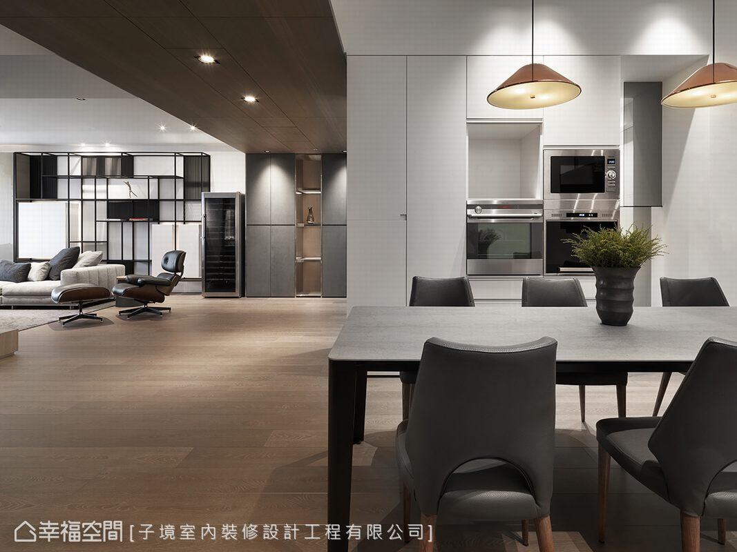 餐廳與玄關設置雙面櫃,除了滿足收納需求外,也分隔了場域機能。