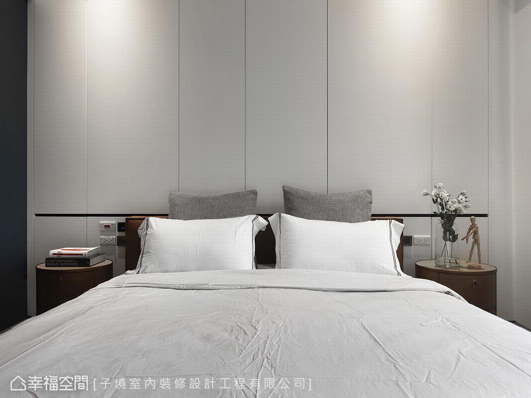 以簡潔線條隱藏床頭背牆上方兩側的對外窗,讓完整的立面更具大器俐落感。