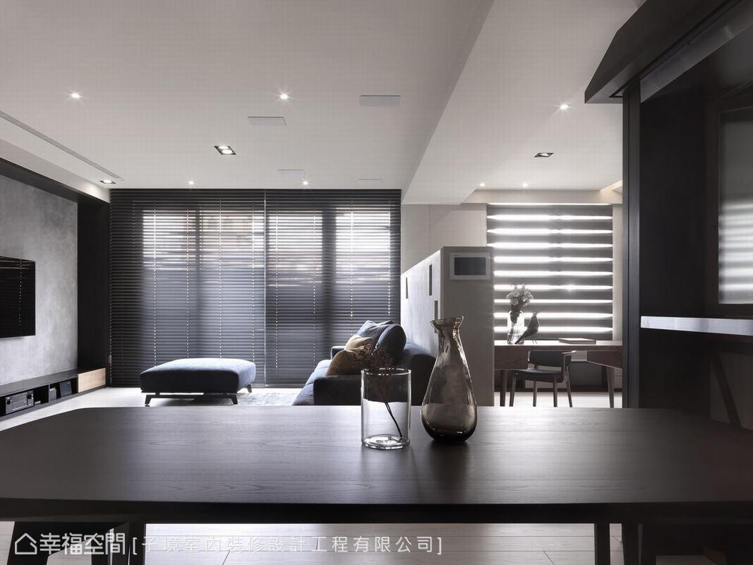 格局的通透自然形成了光影的旖旎漫灑。客廳與書房之間用一道短牆來定義相隔,如此一來窗光便可向內沁滲。