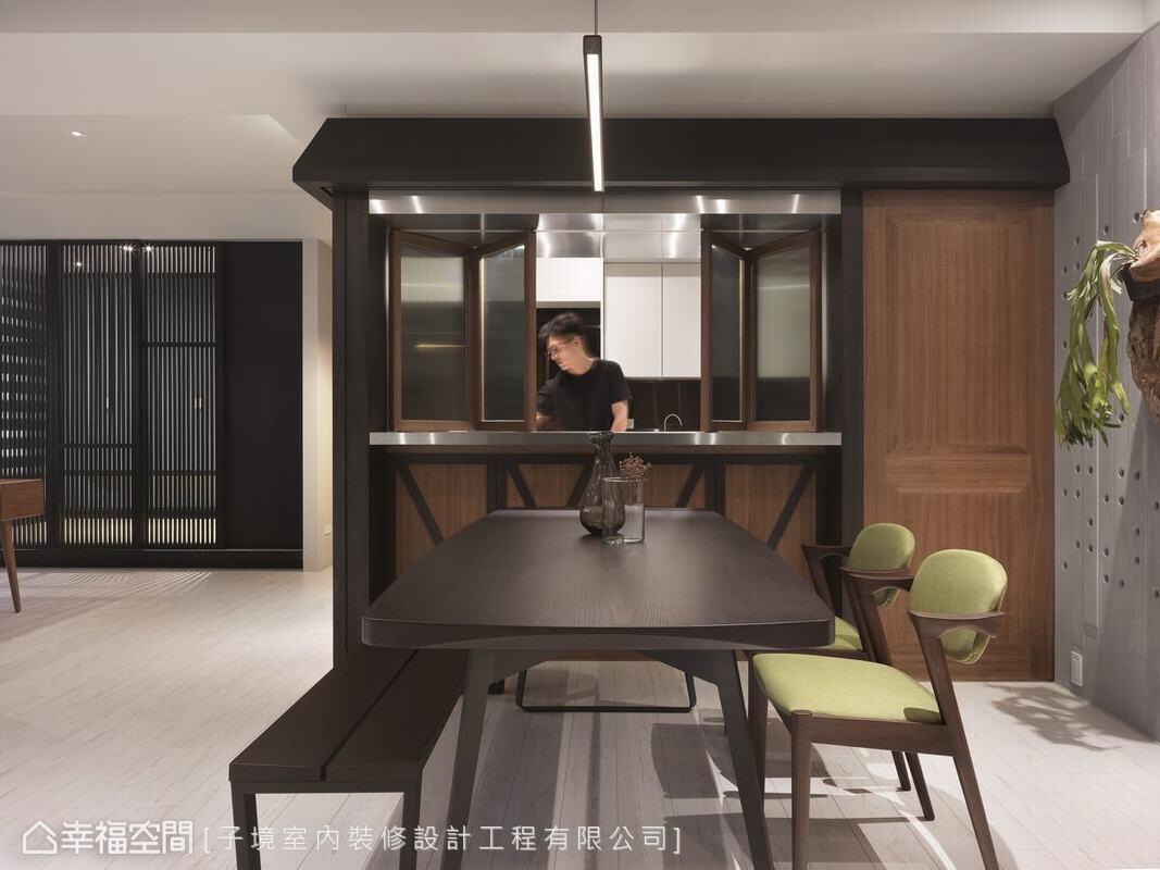 屋主喜愛招三五好友來家中用餐小酌,於是古振宏設計師將廚房打造成屋中屋,小房簷與對開摺窗,散發著露天酒館韻味。