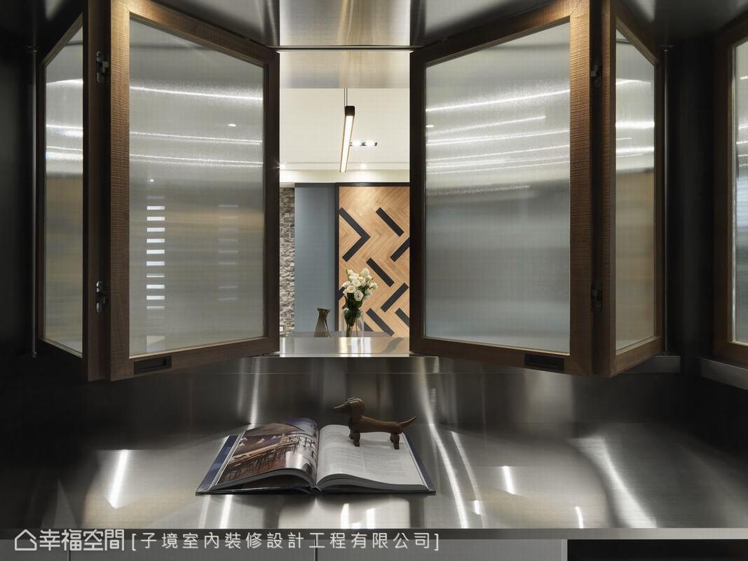 原本平凡無奇的獨立廚房,子境室內裝修設計將立面開出了可折疊的窗,讓空間多了一層觀賞趣味。