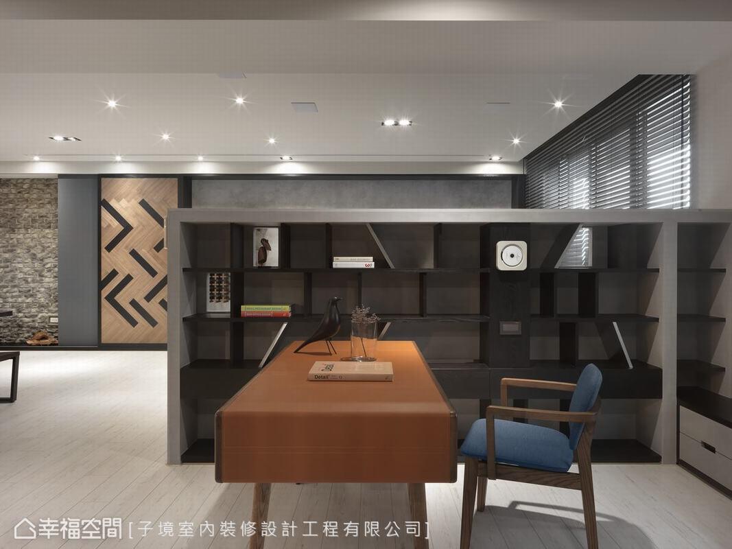 開放式書房位在沙發背牆後,恰如其分的背牆高度,創造出書房的靜謐與私密,也同時兼顧與客廳、餐廚等公共空間的互動性及視野開放度。