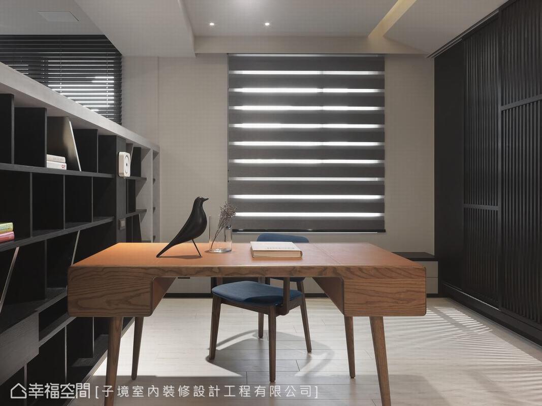 利用一道書櫃量體間隔客廳與書房,並以簡約木質書桌定義了這塊靜謐角落的空間屬性,也帶出屋主的好品味。