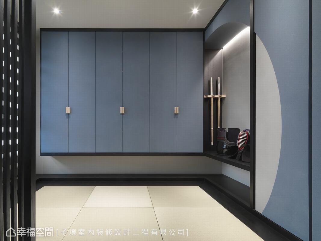 為修研劍道的屋主闢築一方和室,色調上以灰藍色重新詮釋傳統和室,雅致和風中又洋溢當代感。