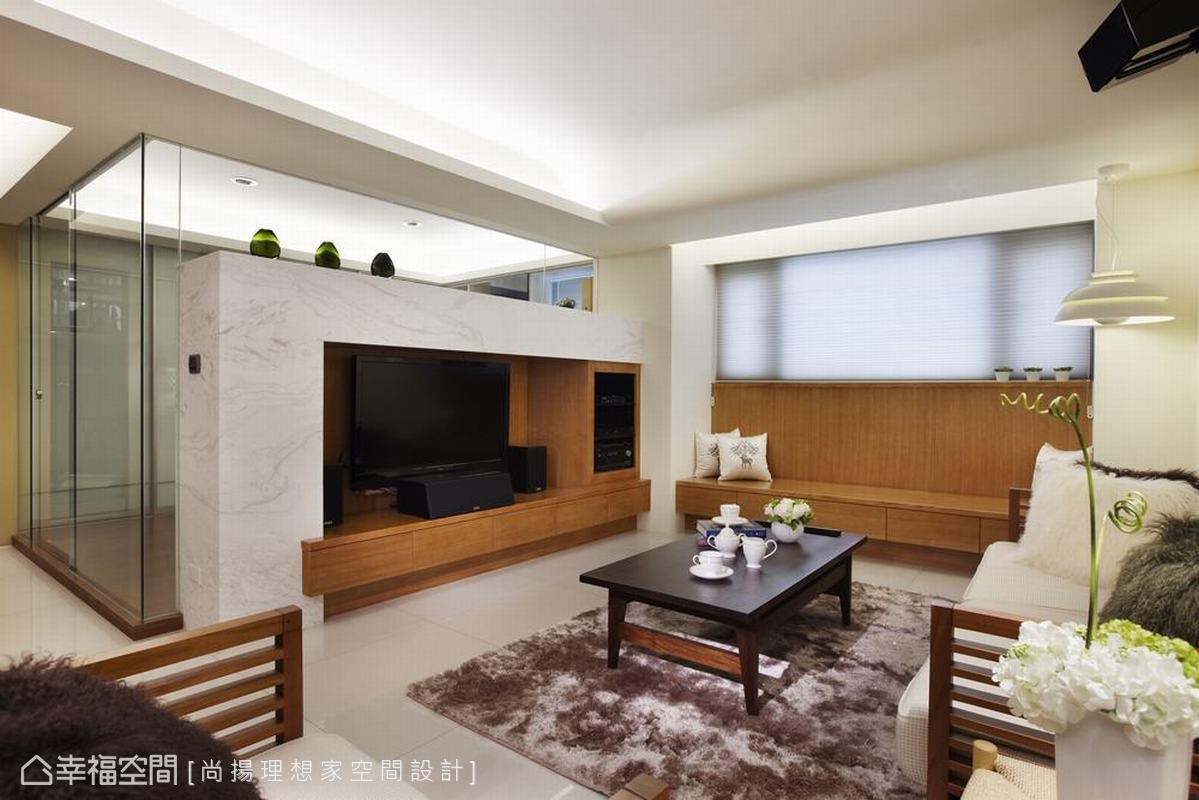 格局的微調,拆除了客廳與書房直接分野,改以玻璃的輕盈與石材份量結合。