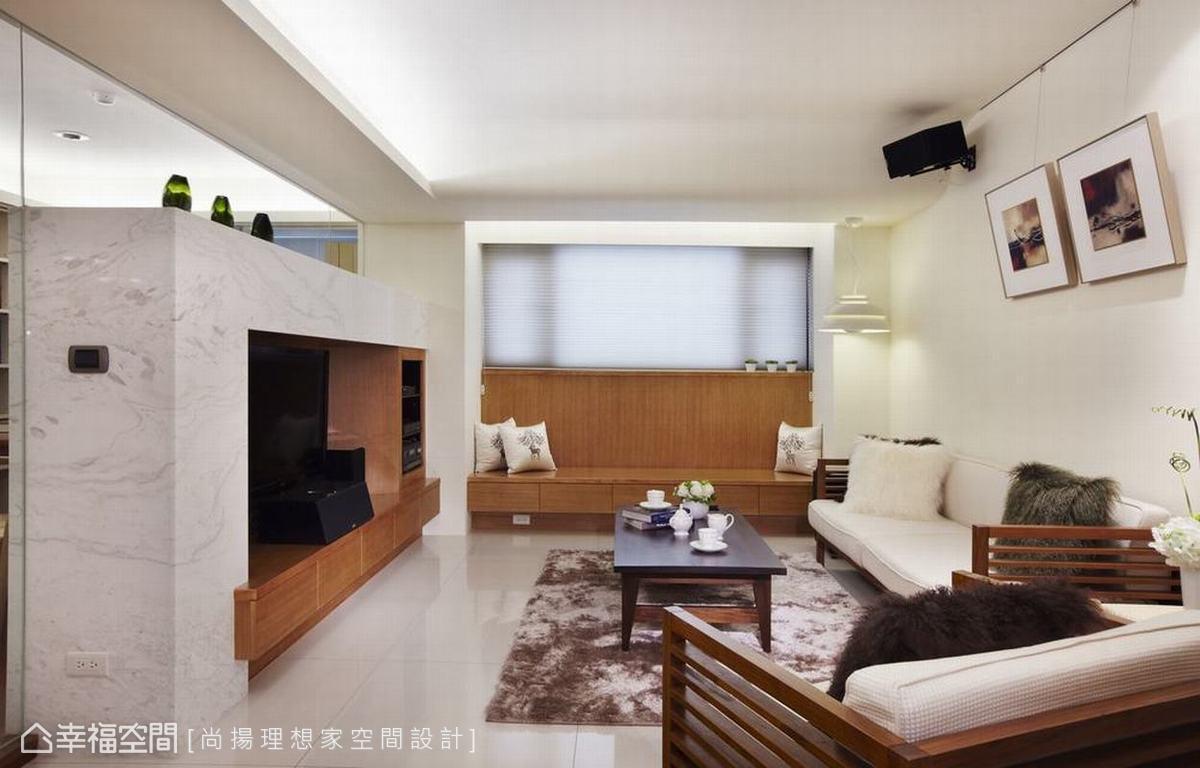 機能美的處理在客廳調整後的畸零,加以高背臥榻與抽屜設計,搭佐風琴簾調節了位居低樓層的私密性。