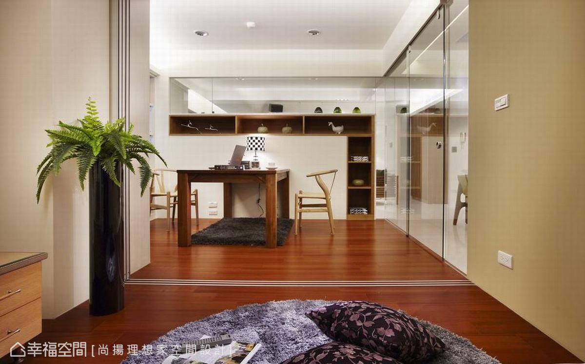 雙向度的設計在客廳以銀狐大理石為框,做出電視主牆架構,書房處則運用倒L型呈現開放式收納。