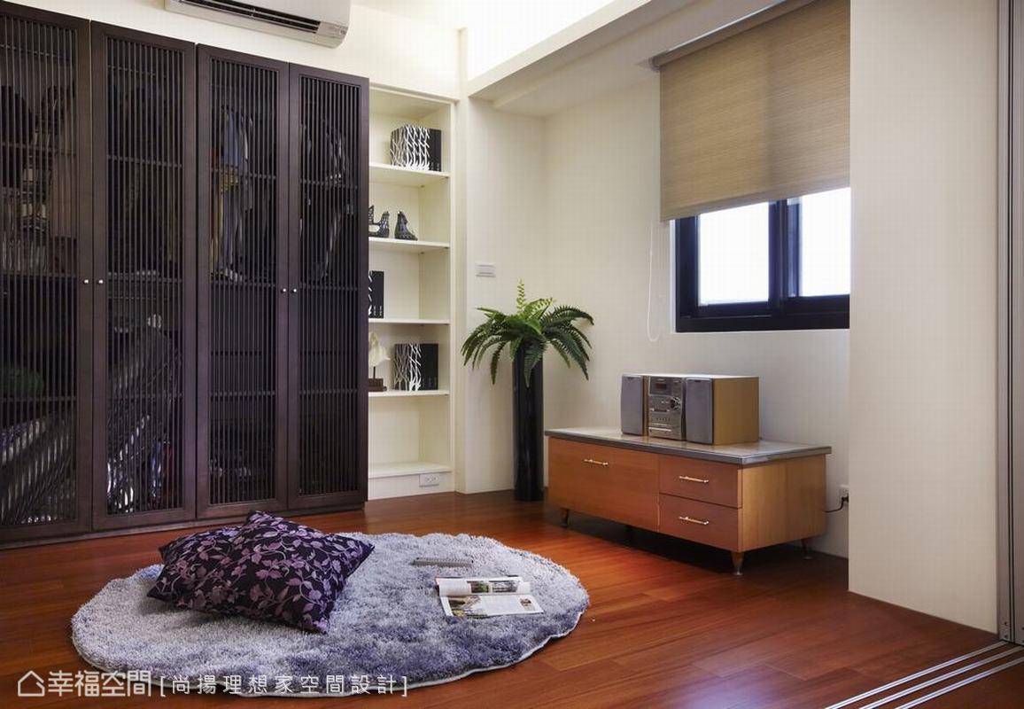 滿足業主降低空間門片切割的期待,深淺對比下三片式連動拉門劃分了客房存在,調整了舊有的入口動線。