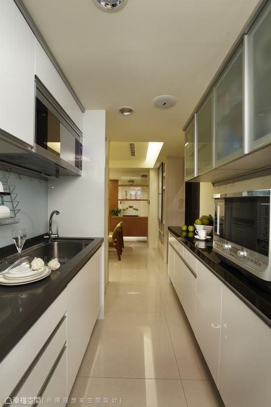 原本一字型的廚房動線,兼顧著使用方便性,尚揚理想家內縮部份主臥空間改以二字型尺度運用。