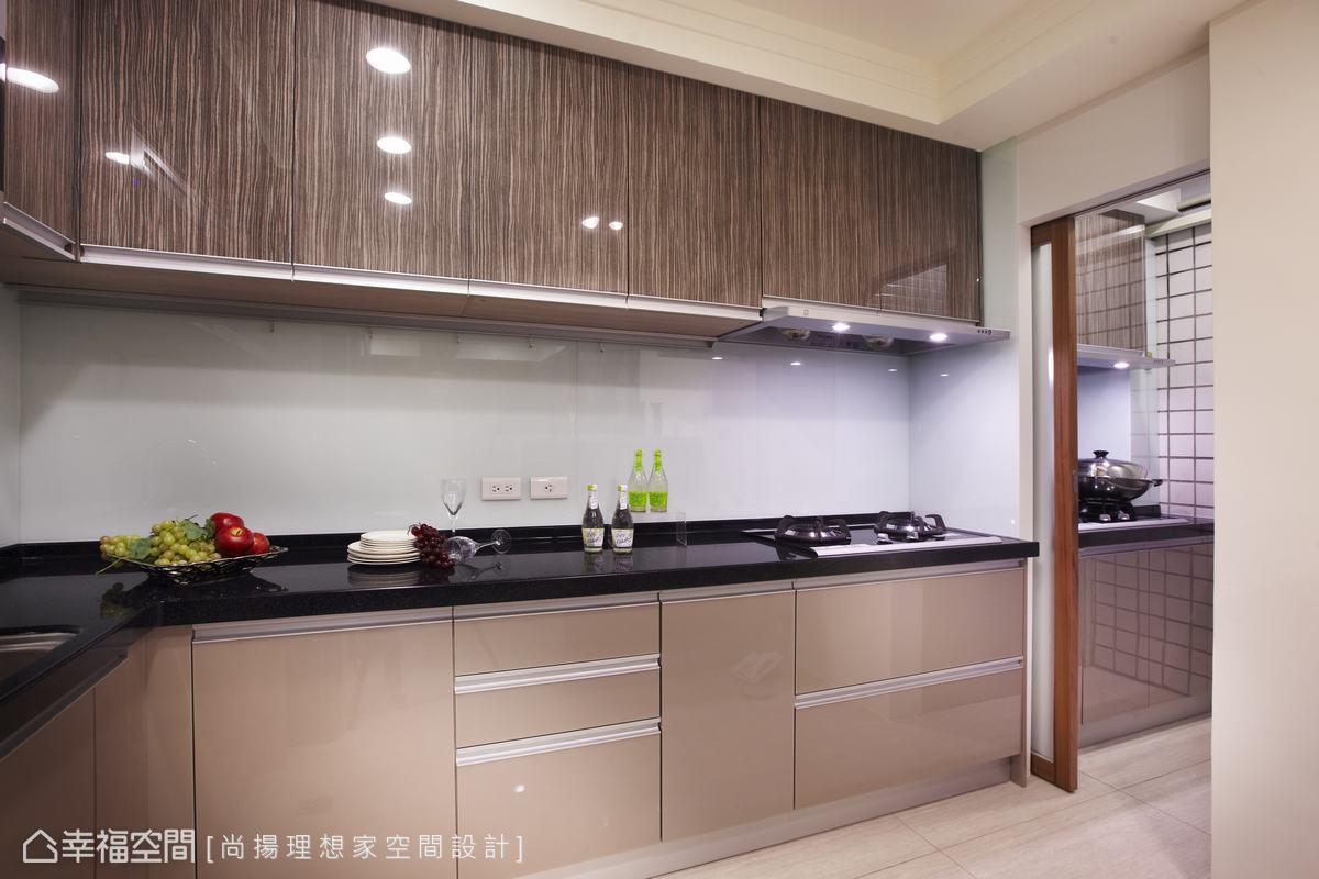 內部則以拉門隔開熱炒區,化解開放式廚房的油煙問題。