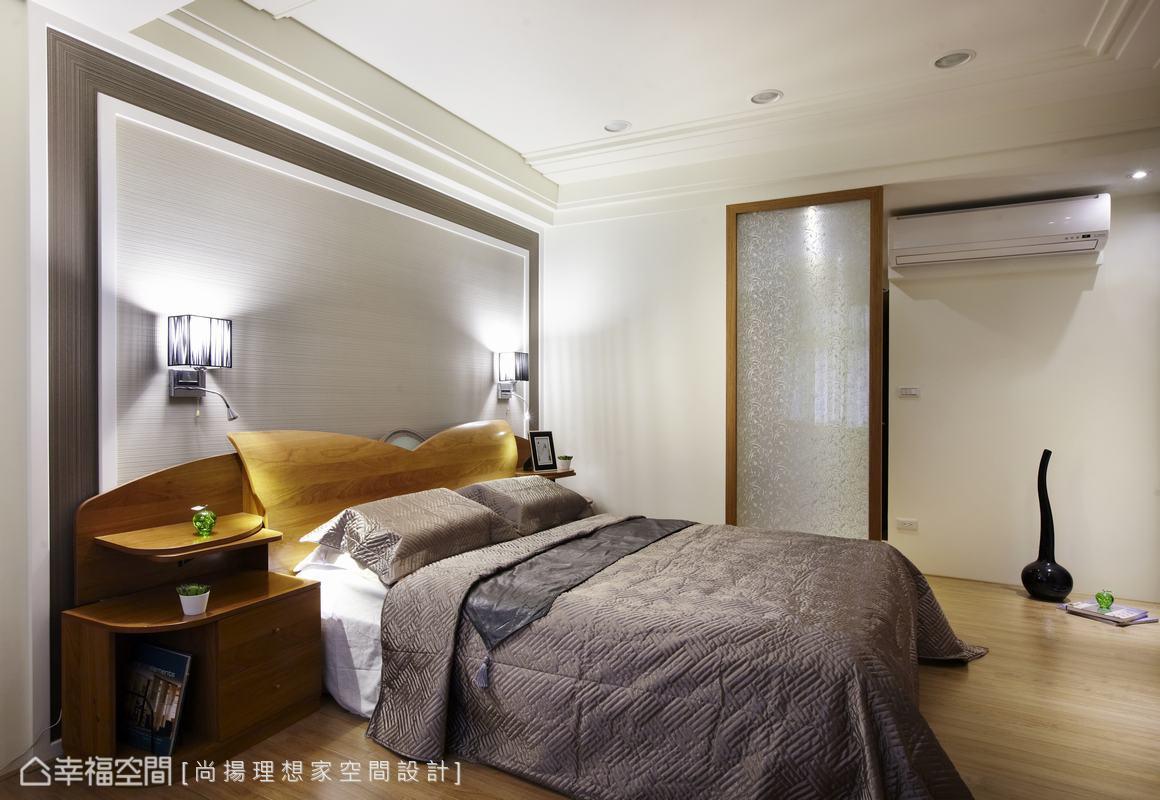 三樓主臥室因應風水考量,以夾紗玻璃為屏風,使動線必須經過轉折才能進入睡眠區。