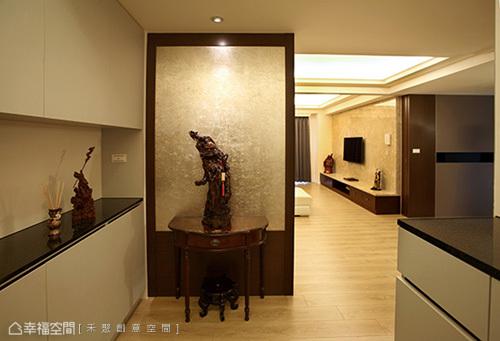 銀箔與木皮拼接而出的屏風立面,以色度帶出空間低調華麗。