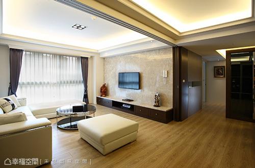 節能環保概念之下,寬敞的公領域之中進一步加以連動式拉門設計,木皮嵌以灰玻元素結合徹底提升冷房效果。