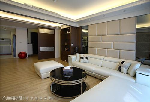 個性細膩的屋主,對於空間要求即是「對稱」的表現,因此設計中可見禾聚創意空間設計師柯靖瀅,在沙發背牆和餐廳主牆面的於此著墨。