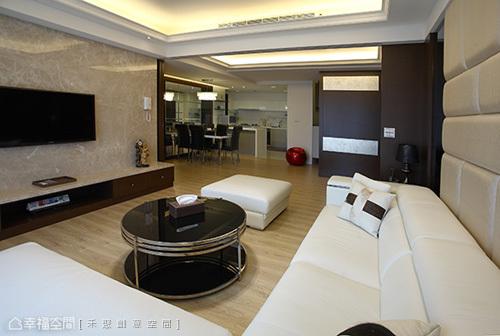 皮革板處理的牆面,滿足了屋主好整理的期待。