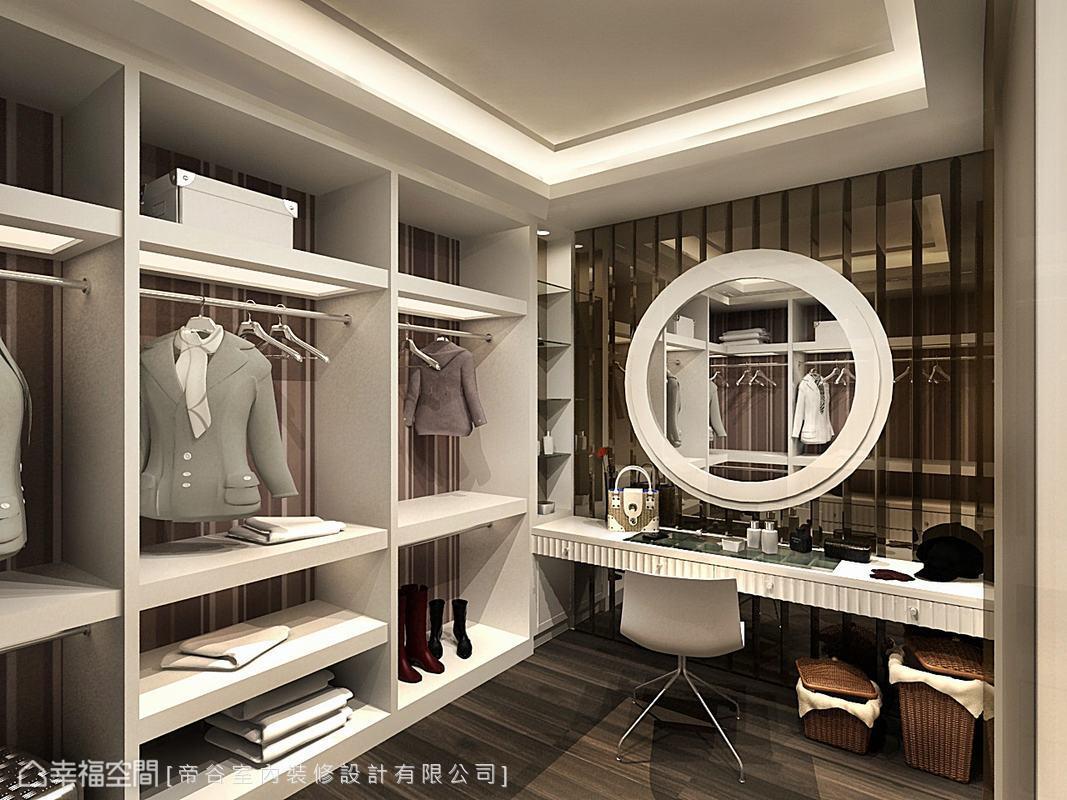 茶鏡映襯的梳妝檯,搭配內襯直條紋壁紙的開放式櫃體,獨立的更衣室機能十足。(此為3D合成示意圖)