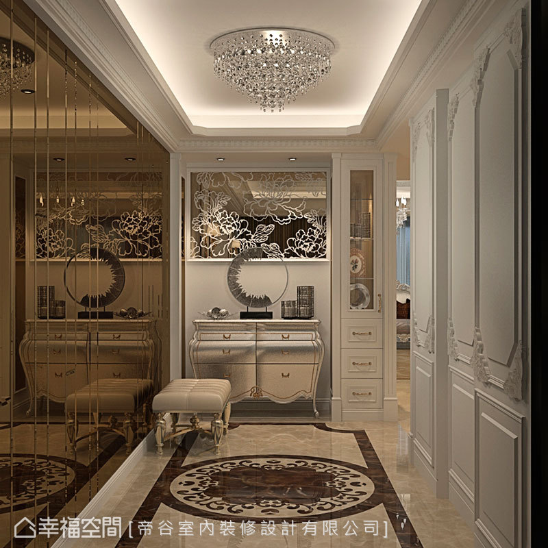 對應大理石地坪的端景線條,透過茶鏡牆面折射出豐富且開闊的空間層裡。
