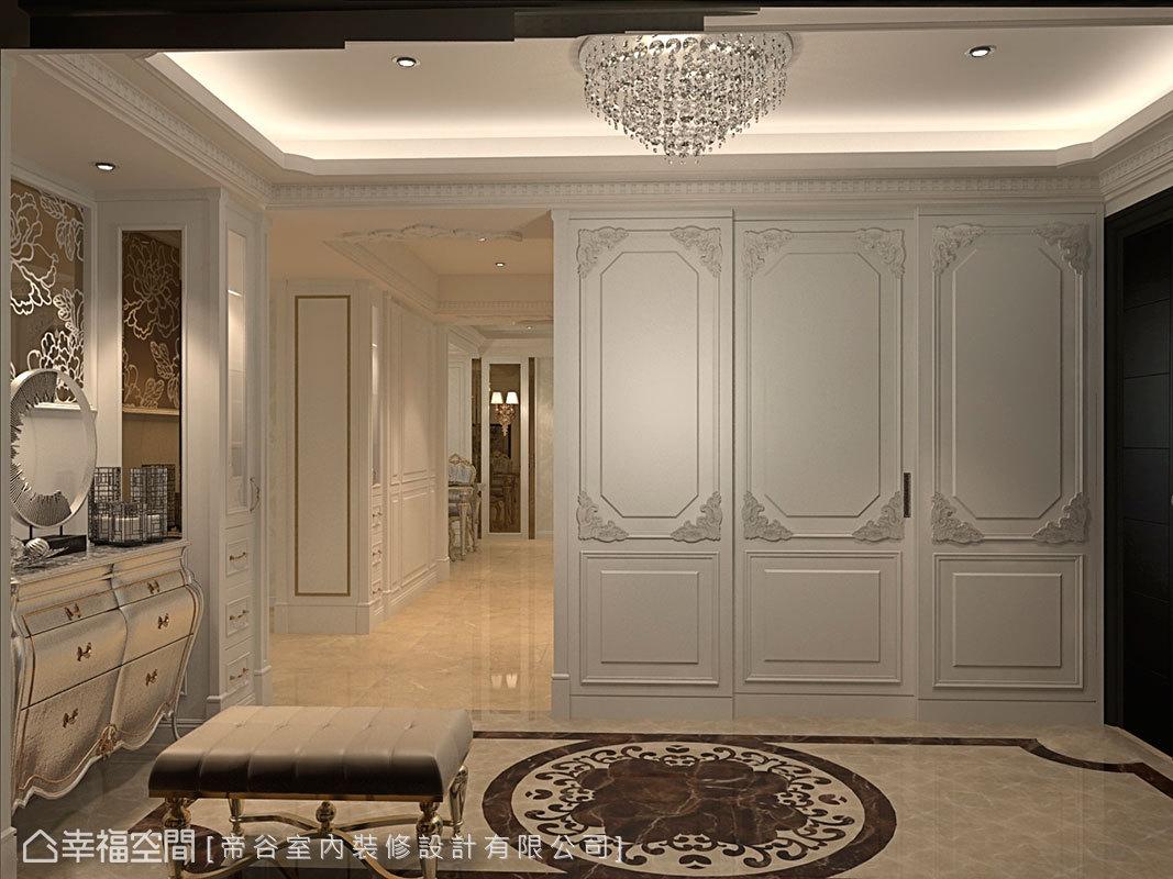 細緻優雅的線板飾邊,將衣帽間門片隱藏入牆面設計中。