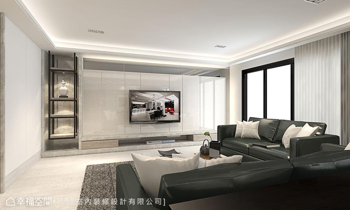 採抗菌板鋪飾的電視牆旁佐以鐵件層架,兼具健康與造型,另運用充裕面寬規劃隱藏式儲藏室,收納居家大型電器設備。