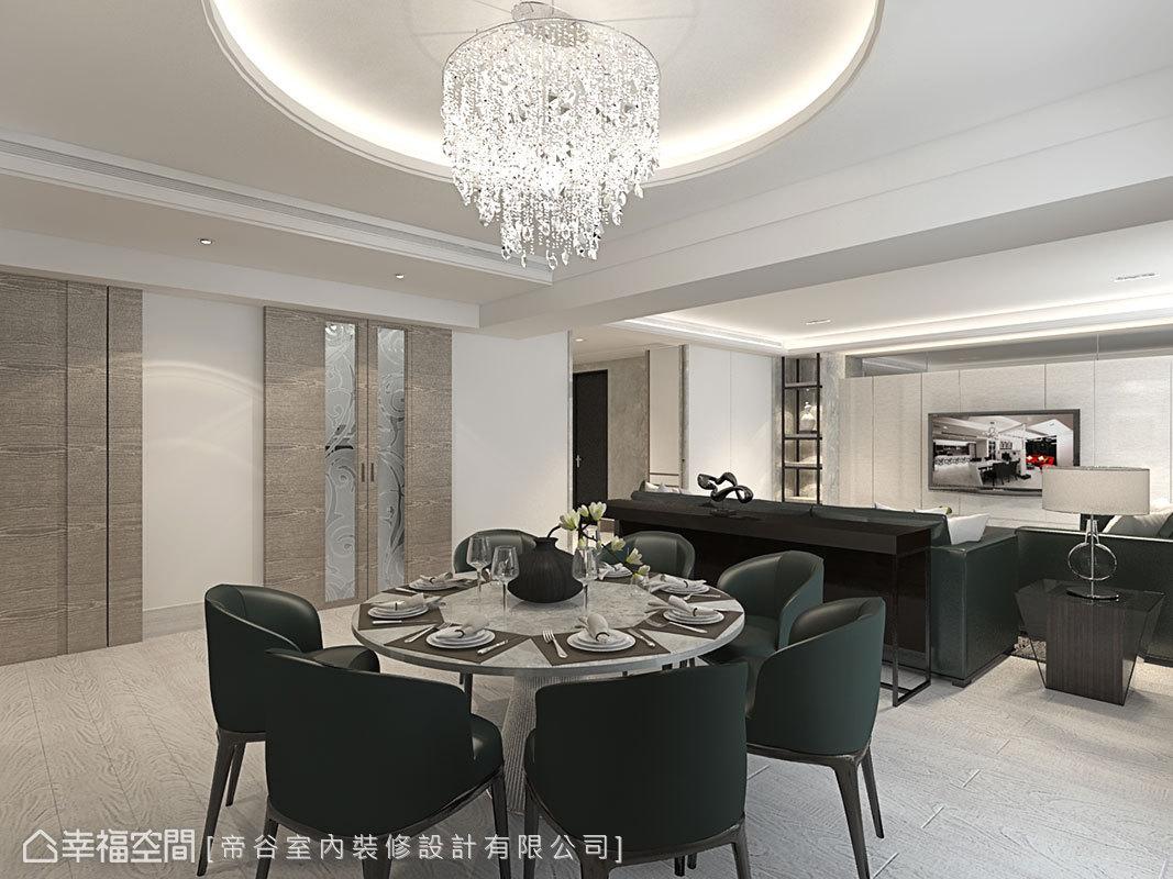 對應圓弧造型天花,帝谷設計選搭圓形餐桌營造團聚意象。