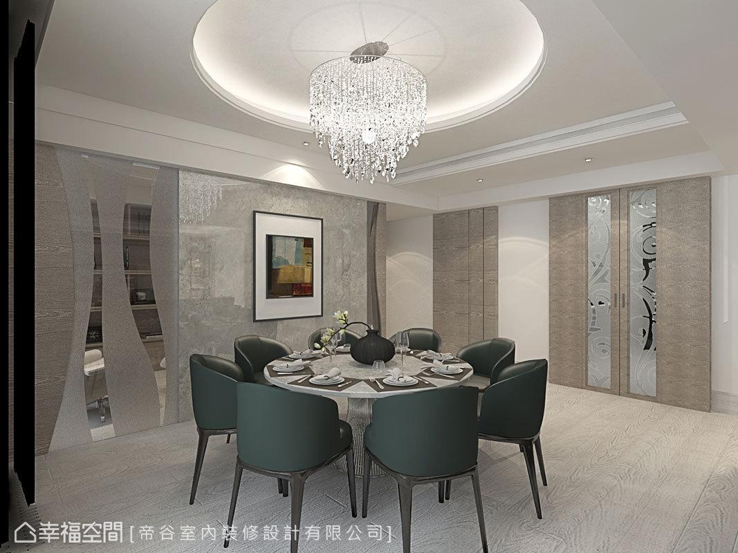 廚房門片以及書房牆面皆綴以造型夾紗玻璃,營造隱約多變的層次視野。