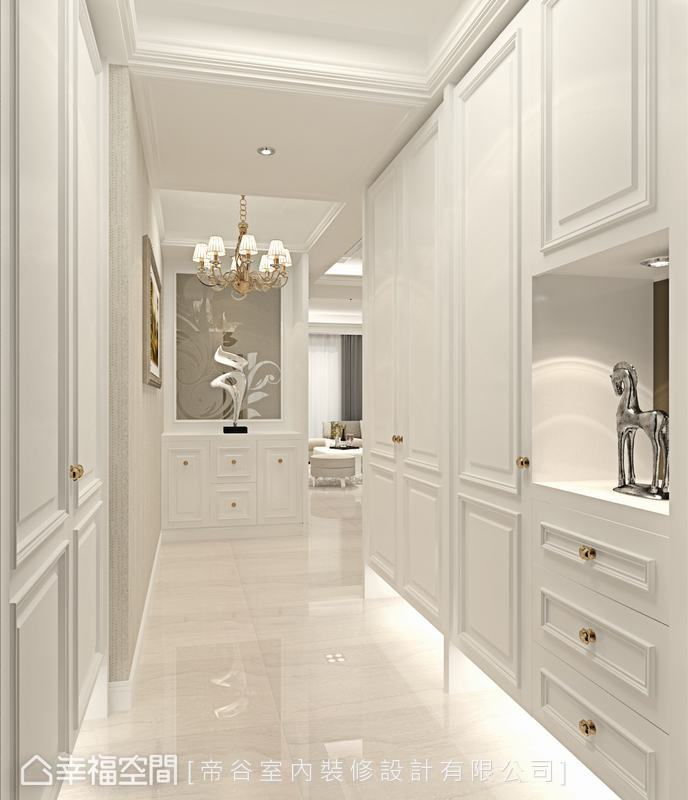 淨白的玄關場域,櫃體裝飾古典線板,勾勒出新古典的優美質感,一盞水晶燈和美麗端景,營造尊貴的迎賓氛圍。