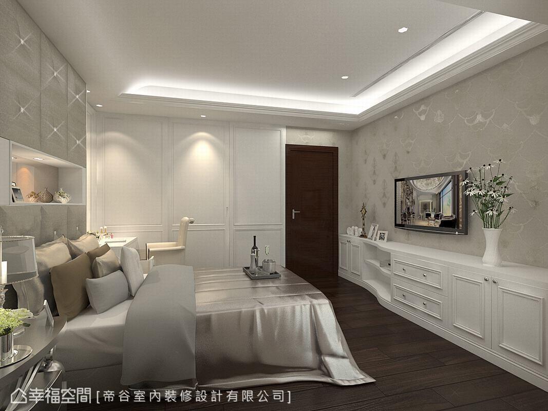 床尾的櫃體由入門處一路延續至主牆面,流線型的安排減少銳角,同時充分發揮收納機能,實用又美觀。