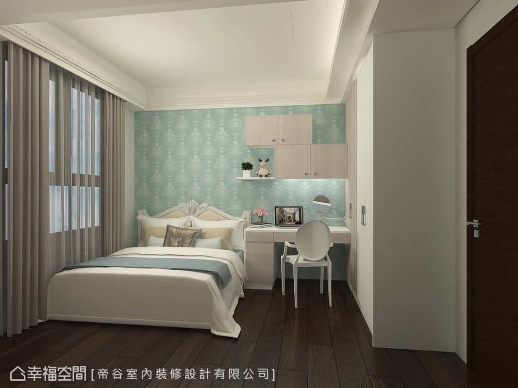回應女兒想要的時尚藍色彩,帝谷設計特別挑選了圖騰壁紙大面鋪述床頭,滿足屋主對家的想望。