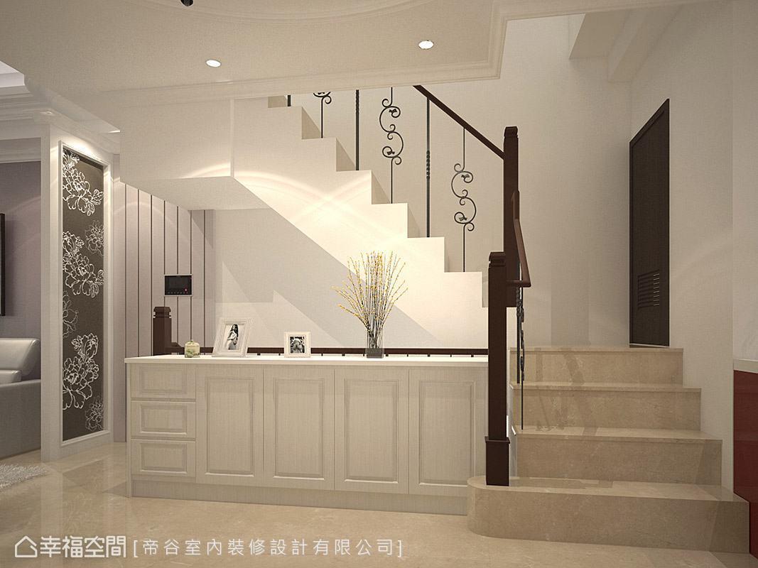 帝谷設計於二樓的樓梯口規劃雕花屏風,兼顧空間美感與風水顧慮。