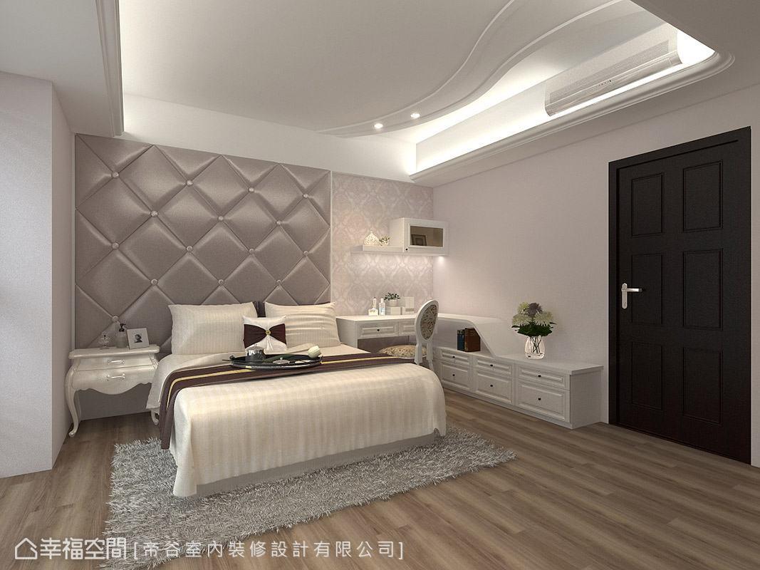 床頭主牆以繃布材質呈現,搭配一旁古典圖騰壁紙,營造高貴典雅的空間氛圍。