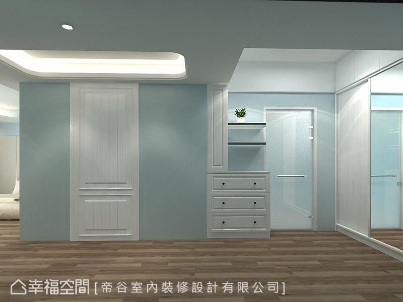 更衣區的天花處以留白處理,充分運用樑下空間,創造實用的收納機能。