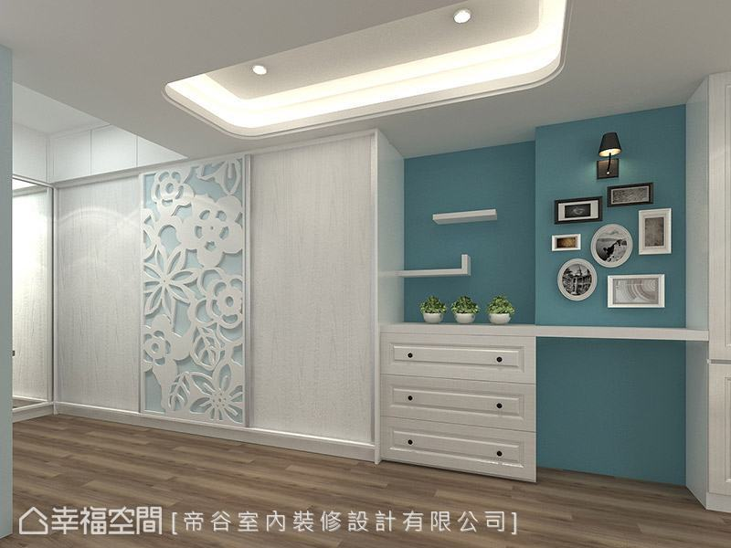 主臥室的入口處,跳以藍綠色牆面,搭配植栽、相框及可愛的造型壁燈,點亮空間的視覺端景。