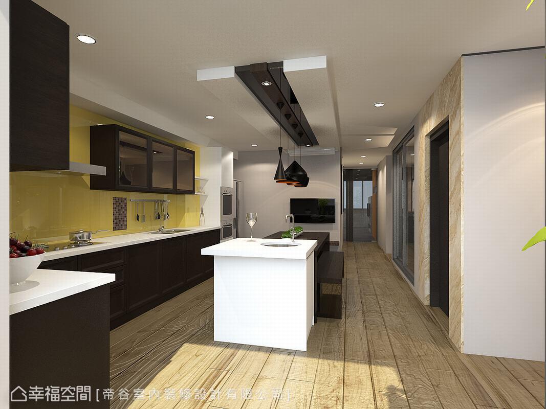 淺色調的木紋磚褪去一般磁磚的生硬冰冷,為空間添色加溫;牆面跳以鮮明的黃色,為一家人的圍聚時光,更添歡樂氣息。