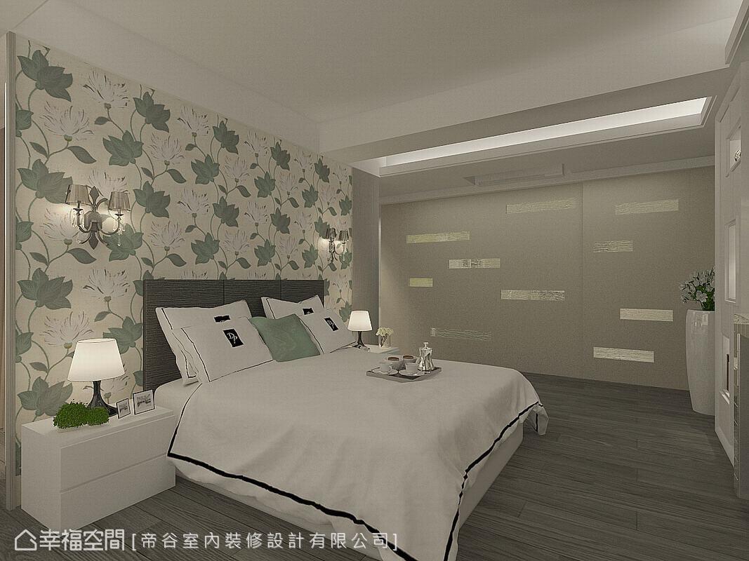 床頭以花卉圖騰壁紙作為立面表情,在簡約明亮的空間基調中,成為視覺重點。