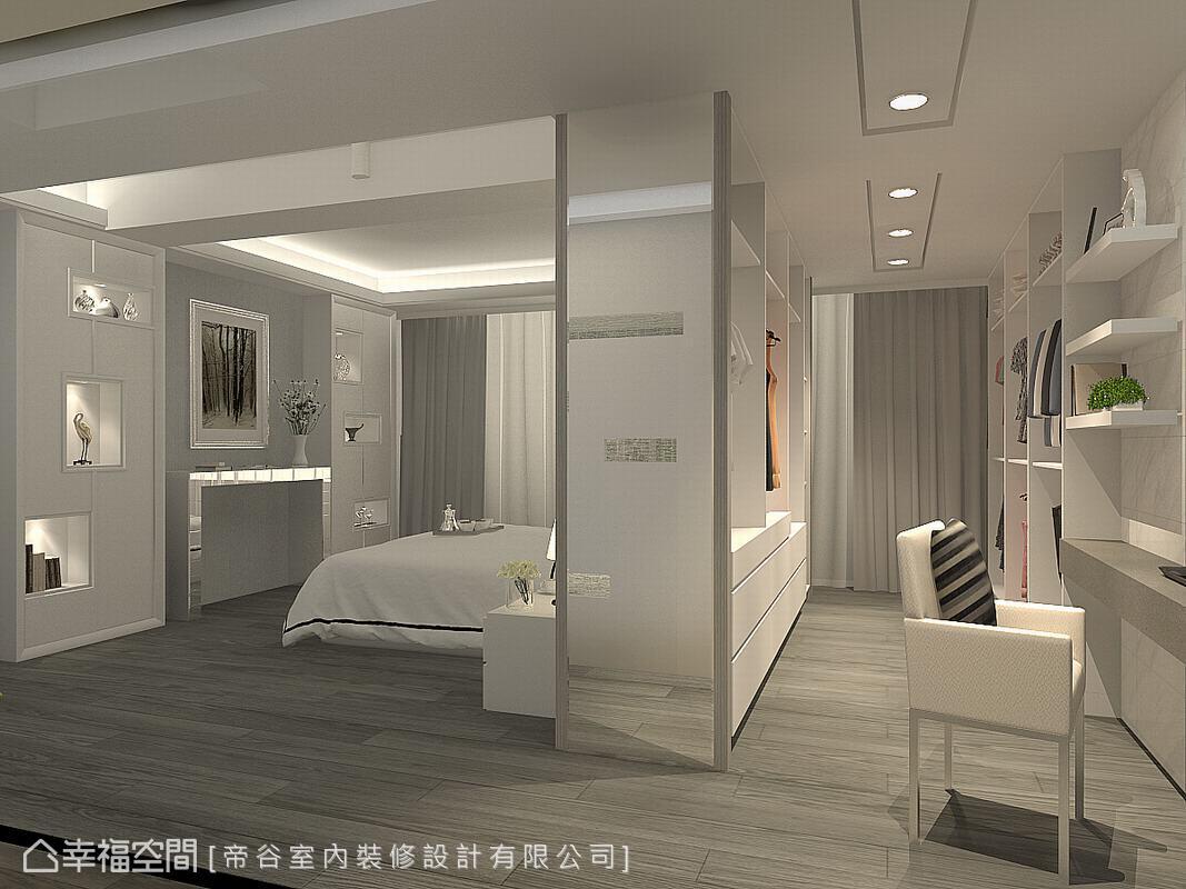 於床頭後方規劃更衣空間,床頭背牆同時為更衣室的衣櫃,雙面設計的巧思大大提升空間坪效。