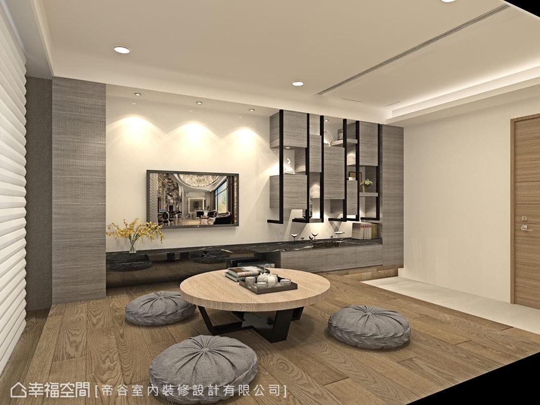 牆面上利用鐵件與木作層板搭出展示、收納兩用櫃體,增加空間的實用機能。