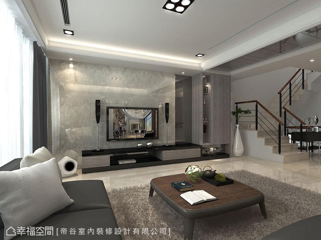 電視牆的一旁以玻璃材質呈現收納外觀,與天花的灰鏡共創立面設計,烘托俐落的場域質感。