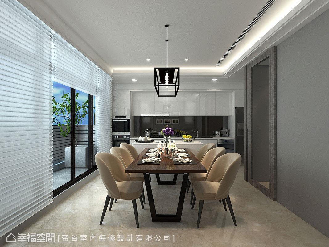 灰色系牆面讓廚房成功跳脫白淨的視覺印象,加上原木質感的家具搭配,創造溫潤家屋氛圍。