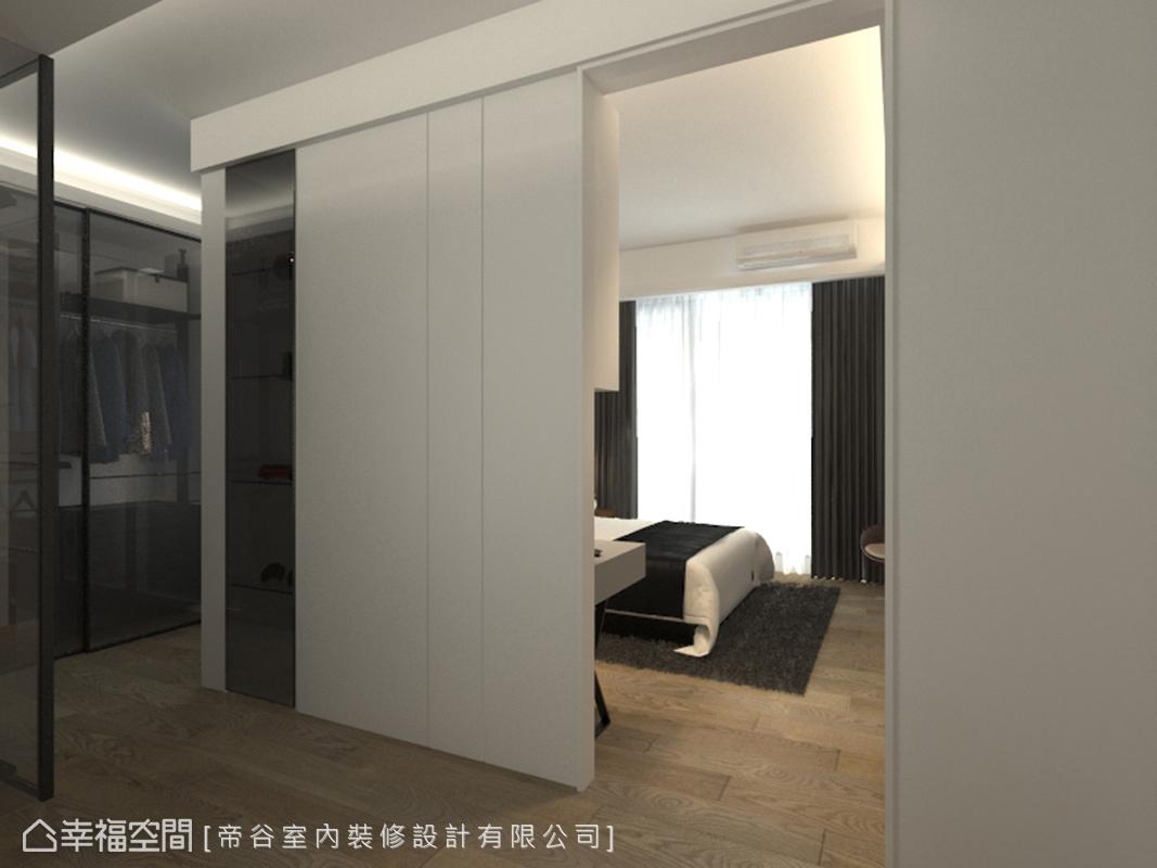 在三兒子的臥室裡,特別打造一處完善的更衣室,透過鏡面材質作為隔間,簡約之中帶出精緻質感。