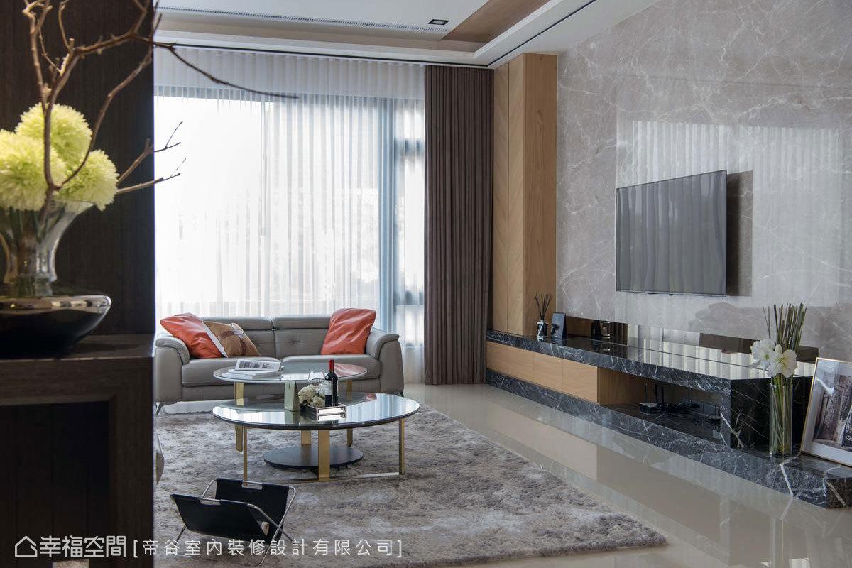 經過玄關,即可看見採光極佳的客廳。坐擁兩面落地窗,自然光灑落下來也賦予空間明亮、開闊之氣息。